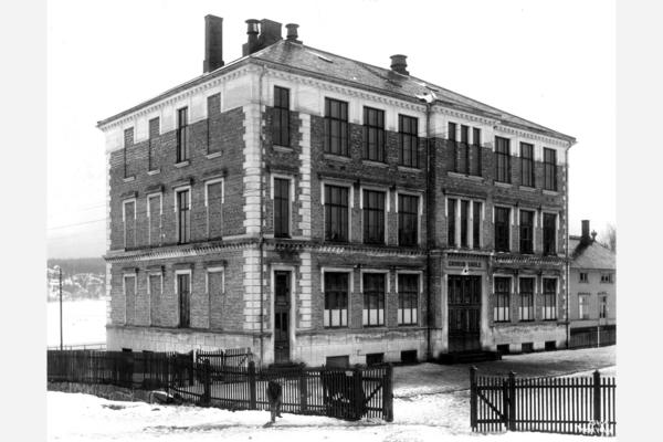 Grorud skole var nn av de første moderne skolebygninger i Aker, bygd i mur med et monumentalt ytre, åpnet 1900. Ftot: Wilse, 1925