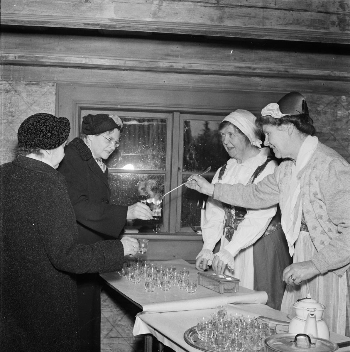 Försäljning av glögg på Disagården, Gamla Uppsala 1954