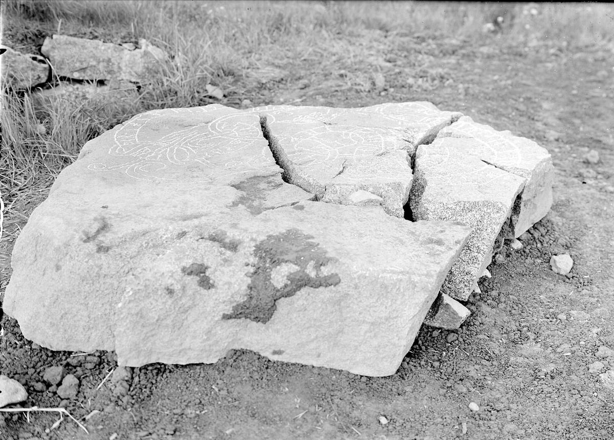 Skadad runsten i Säva, Balingsta socken, Uppland i juni 1944