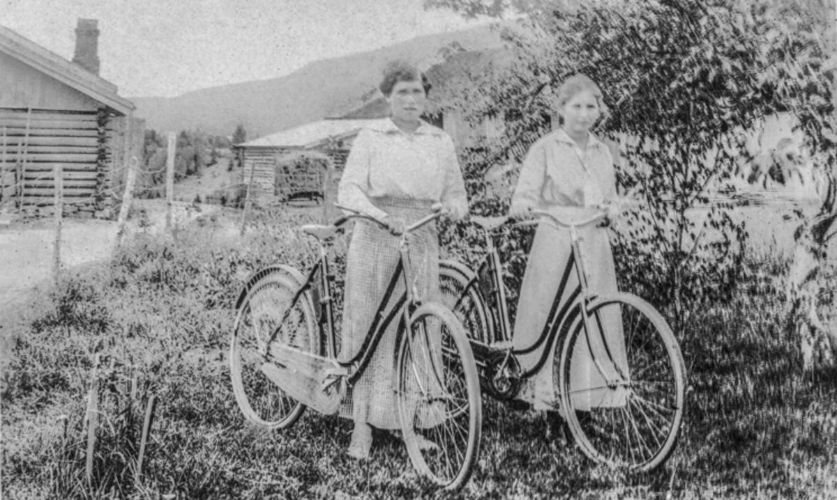Marie Tansem (t.h.) og Marie Trandum. Trolig fra Aasgaard. Ca. 1915.