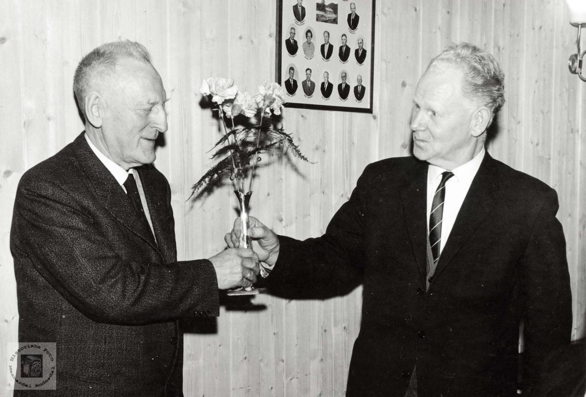 Søren Seland takkar Magnus Breilid frå Grindheim kommune.