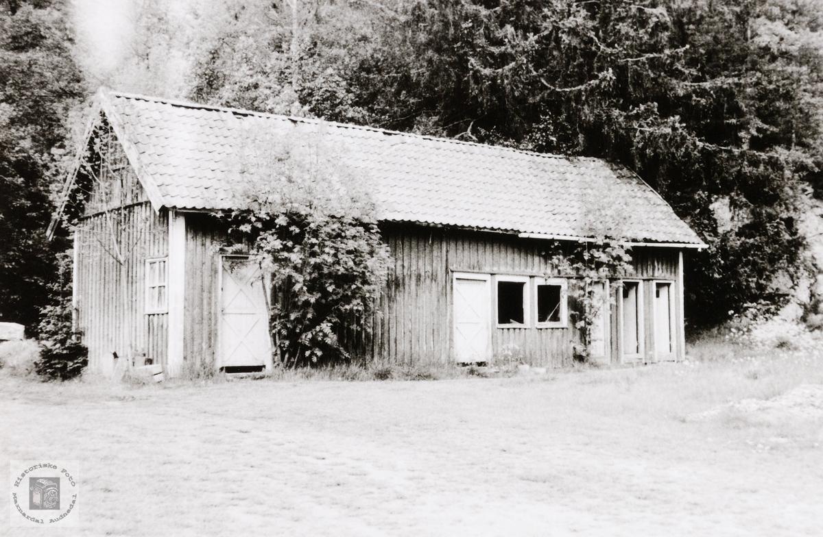 Uthuset ved Konsmo skole (gamle). Konsmo Audnedal.