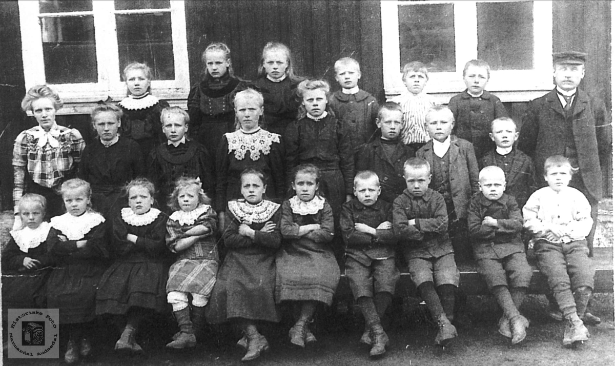 Skoleelever og lærar på Myran skule. Bjelland.