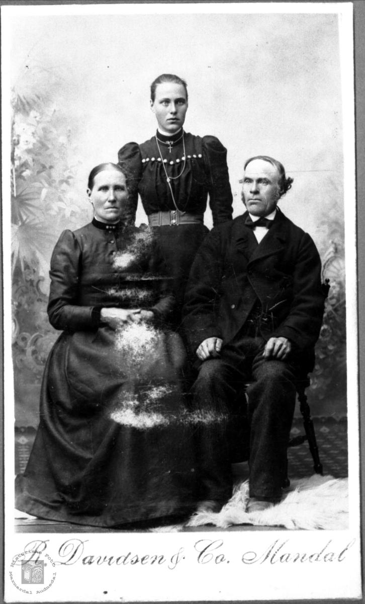 Portrett av Mari, Rakel ? og Ola Ågset, Laudal.