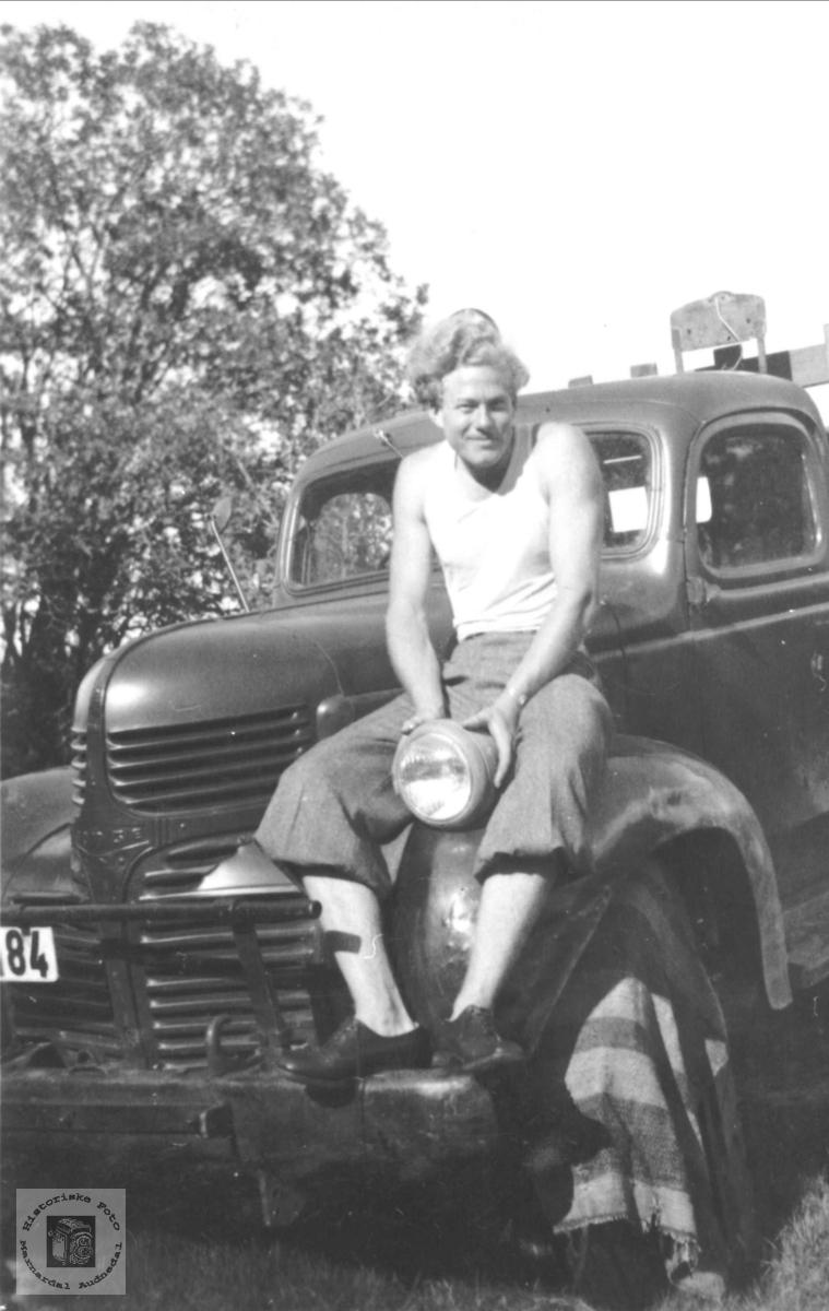 Sjåfør og bil. Olav Ellefsen fra Solkro, Finsland.