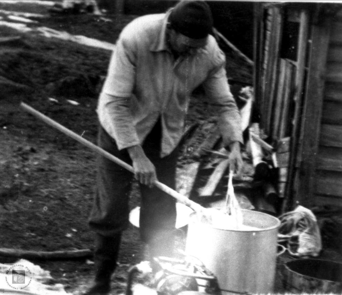 Arne Høye vasker tøy med Jobu motorsag som drivkraft. Høye Øyslebø.