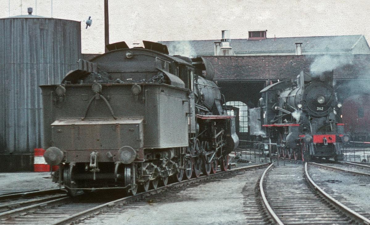 Damplok 26c nr. 436 og 30b 362 på svingskiven på Hamar stasjon, trukket frem for fotografering i forbindelse med SJKs besøk.