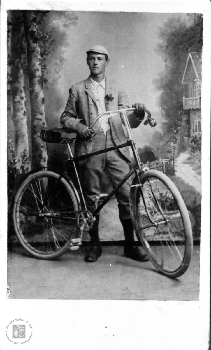 Portrett av syklist Fredrik Finsdal, Øyslebø.