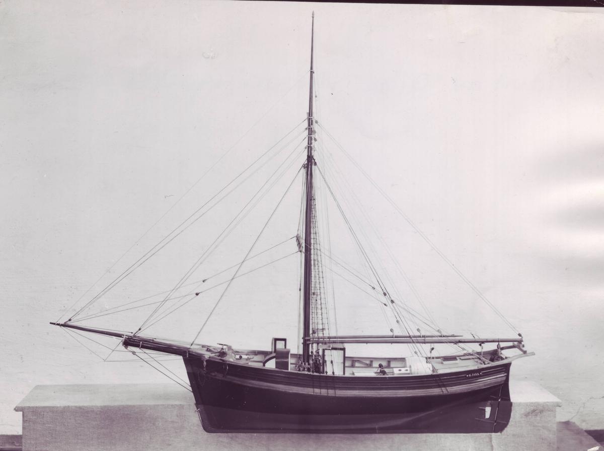 Polarfartøy bygget 1872 av Knut Johannessen Skaale i Rosendal, Hardanger. Opprinnelig frakte- og fangstfartøy. Kjøpt av Roald Amundsen og benyttet ved historiens første forsering av Nordvestpassasjen i 1905 - 06. Originalen ble returnert til Norge og restaurert på Bygdøynes 1972 - 74. L: 69 ft, bredde: 20,8ft 67/57 BRT/NRT