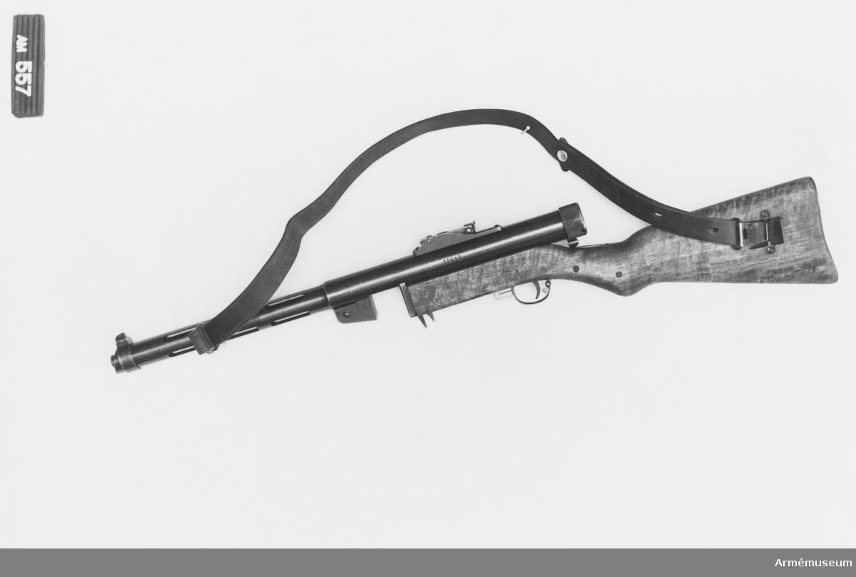 Består av: 1 kulsprutepistol, 1 bärrem. Kaliber: 9 mm parabellum.