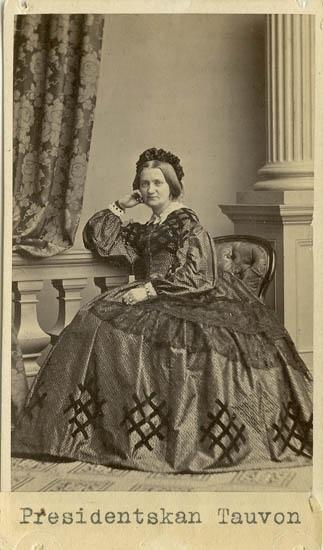 """""""Pauline Tauvon, född Ekelke [Engelke]"""" enligt text på kortets baksida """"Presidentskan Tauvon"""" skrivet på kortets framsida."""