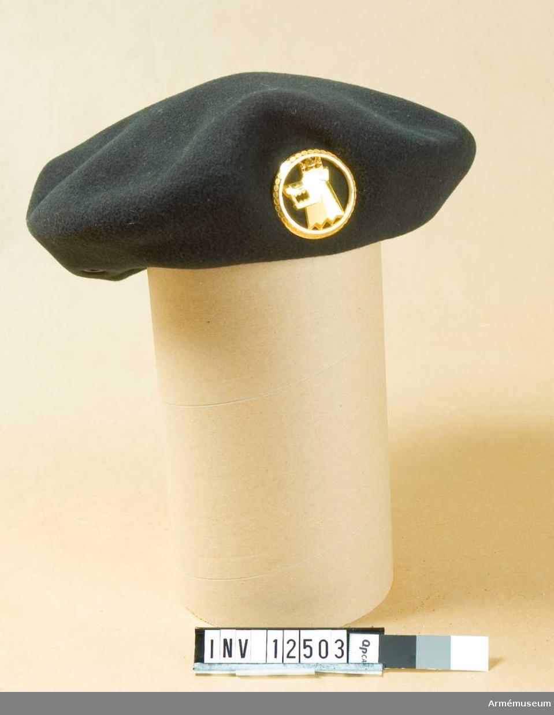 Grupp C I. Baskermössa m/1960 för Arméns jägarskola. Mörkgrön filt. Tillverkad i Frankrike. Gåva från Försvarets materielverk, Intendenturmaterielförvaltningen.