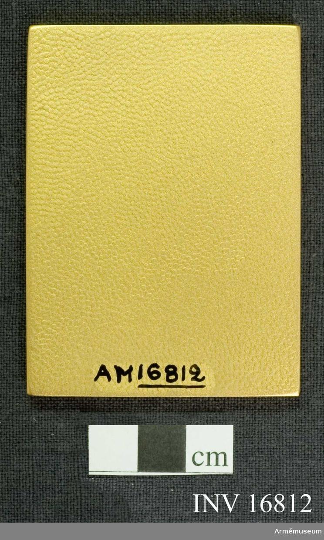 Förvaras i mörkblått etui. Förtjänstplakett för militära kamratföreningars riksförbund.