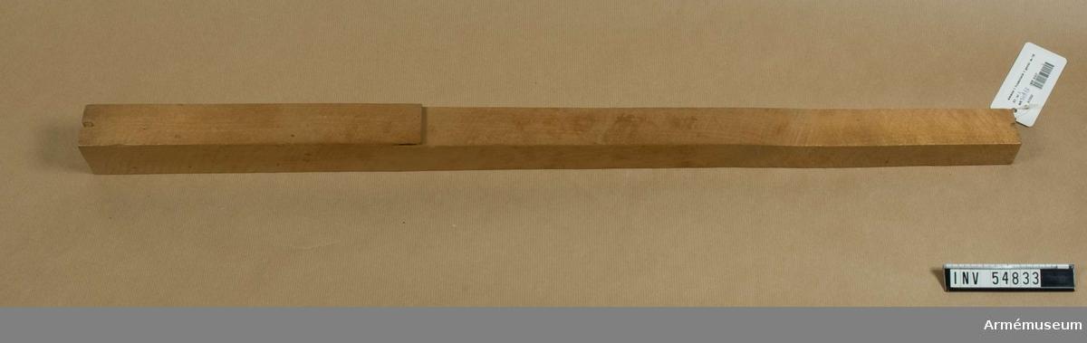"""Grupp E VIII.  Nr 1 (av 7) i tillverkningsordningen. Märkt """"1"""" och i framändan romerska siffror """"I II III IV"""" med blyerts.  Gevärsdel till 1867 års gevär m/1867, en av c:a 400 delar."""