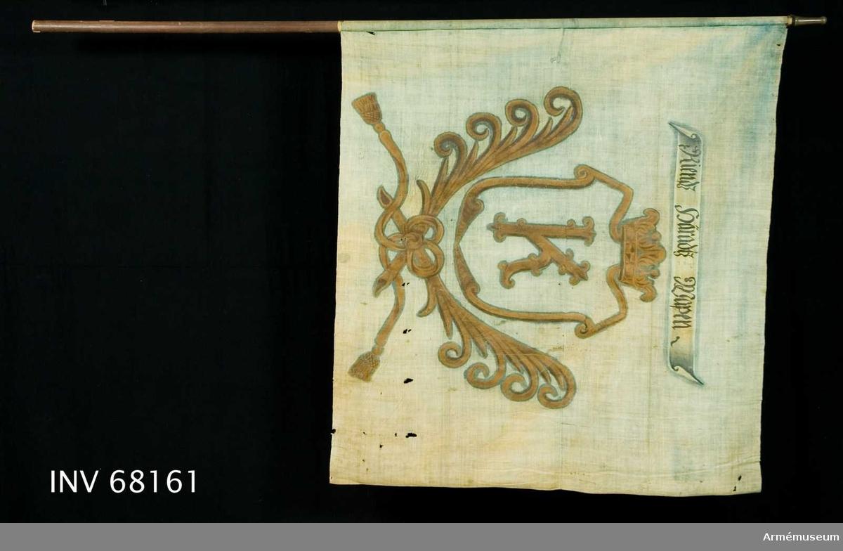 Duk: Tillverkad av enkel blå linnelärft, sydd av två horisontella våder. Fäst vid stången med en rad tennlikor på ett kypertvävt band.  Dekor:  målad i mitten lika på båda sidor i gult, en sköld krönt med öppen krona. Nedtill innefattad av två korsade palmkvistar hopknutna med långa tofsprydda band, i skölden ett gult sirlat K. Över vapnet ett vitt inskriptionsband med text i svart på båda sidor av duken.  Stång: Tillverkad av brunmålat trä. Holk av mässing.