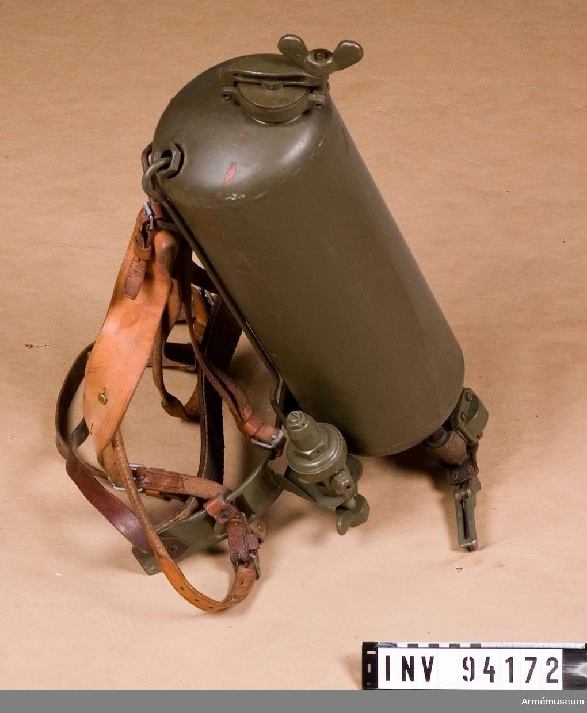 Utrustad med bäranordning, för att bäras på ryggen.
