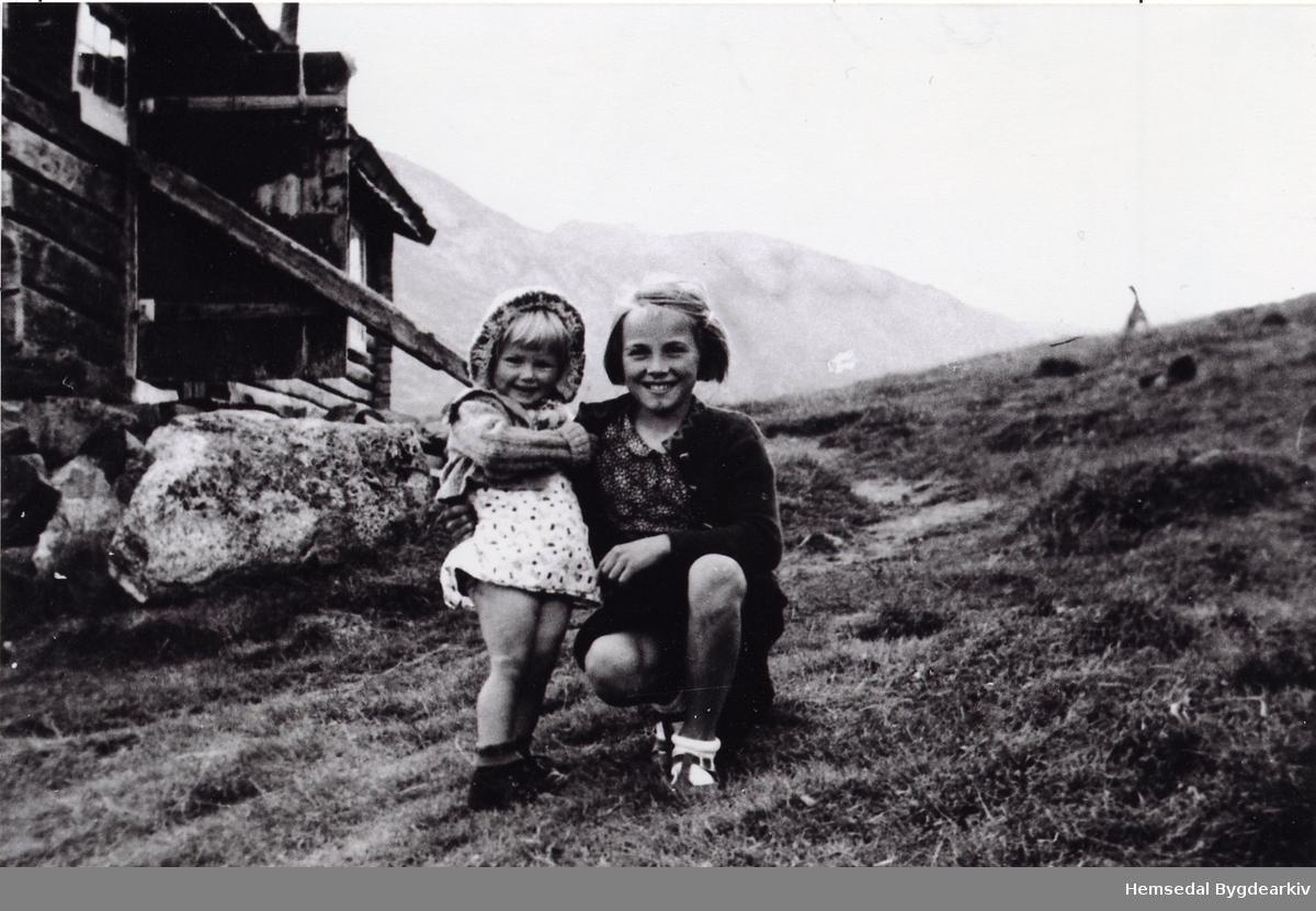 Frå venstre: Margrethe Ødegård og Liv Ødegård i Mørkedalen/Sildegjerde, ca. 1944