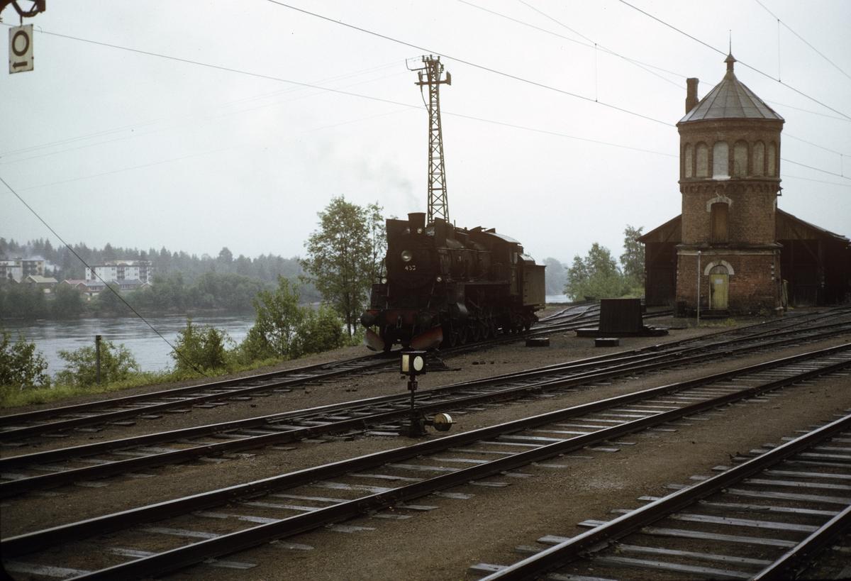 Damplok type 26c nr. 433 foran vanntårnet på Kongsvinger stasjon.