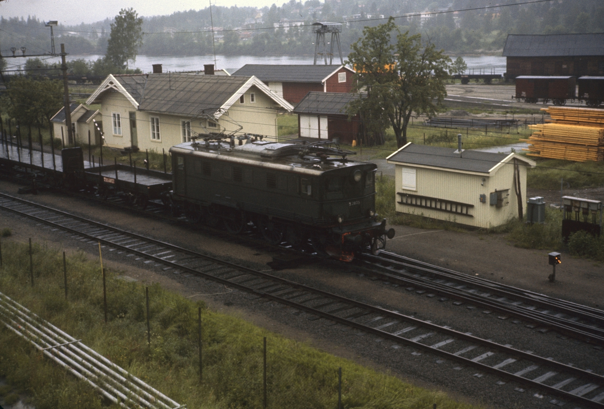 Godstog på Kongsvingerbanen trukket av elektrisk lok El 5 nr. 2035.