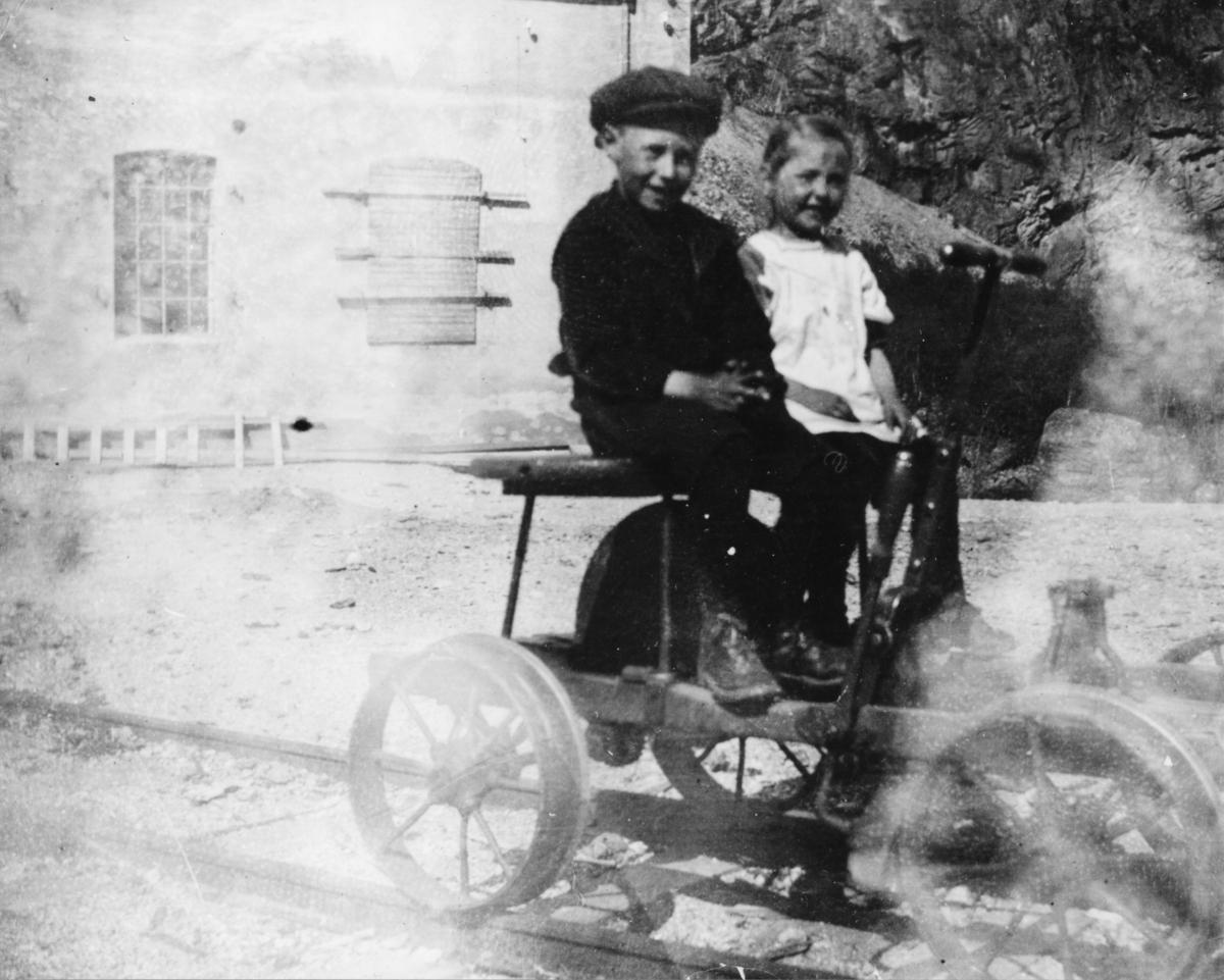 Kåre Flaa og hans søster på pumpedressin
