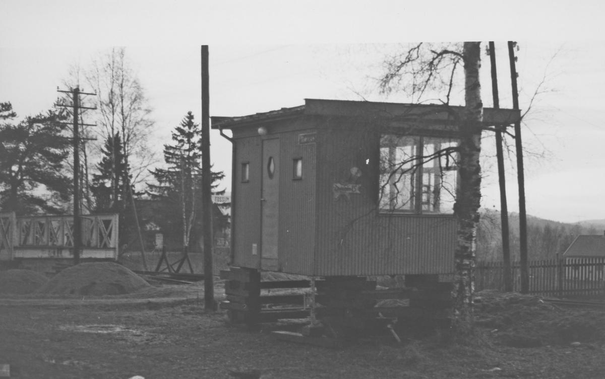 Den gamle Narvesenkiosken på Fetsund ble overtatt av museumsbanen. Her under mellomlagring på Fossum stasjon.