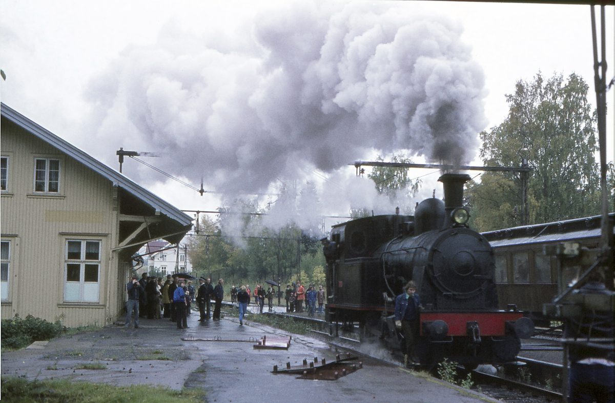 Damplokomotiv Norsk Hydro M2 på Lier stasjon. Ekstratog for Norsk Jernbaneklubb på den nedlagte delen av Drammenbanen, Spikkestad-Lier. Lokomotivet skiftes rundt togstammen.