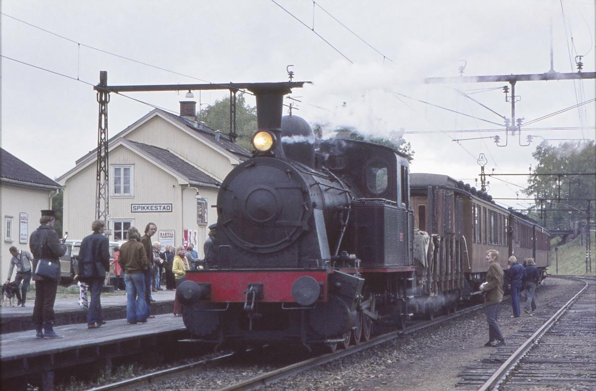 Ekstratog for Norsk Jernbaneklubb med damplokomotiv Norsk Hydro M2. Spikkestad stasjon