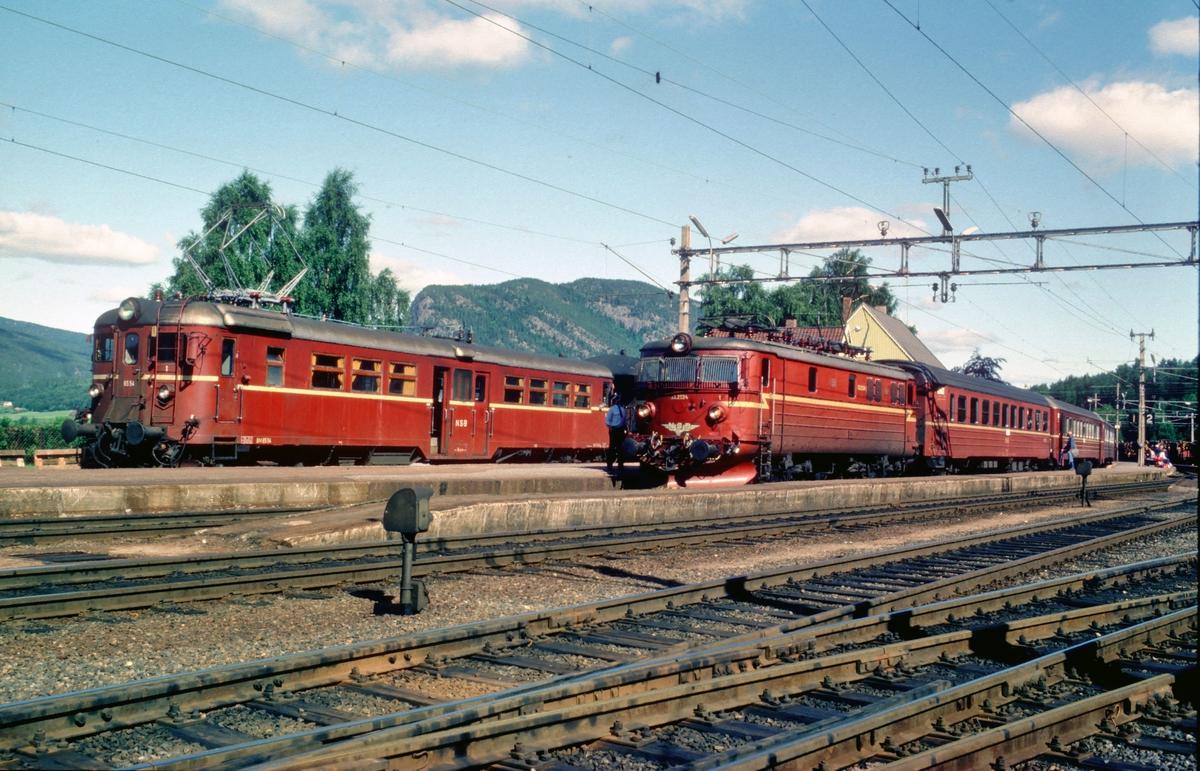 Nordagutu stasjon. Til venstre lokaltog med BM 65c til Bø, til høyre ekspresstog til Stavanger med El 13 2124 og vogner av type 3 og 5.