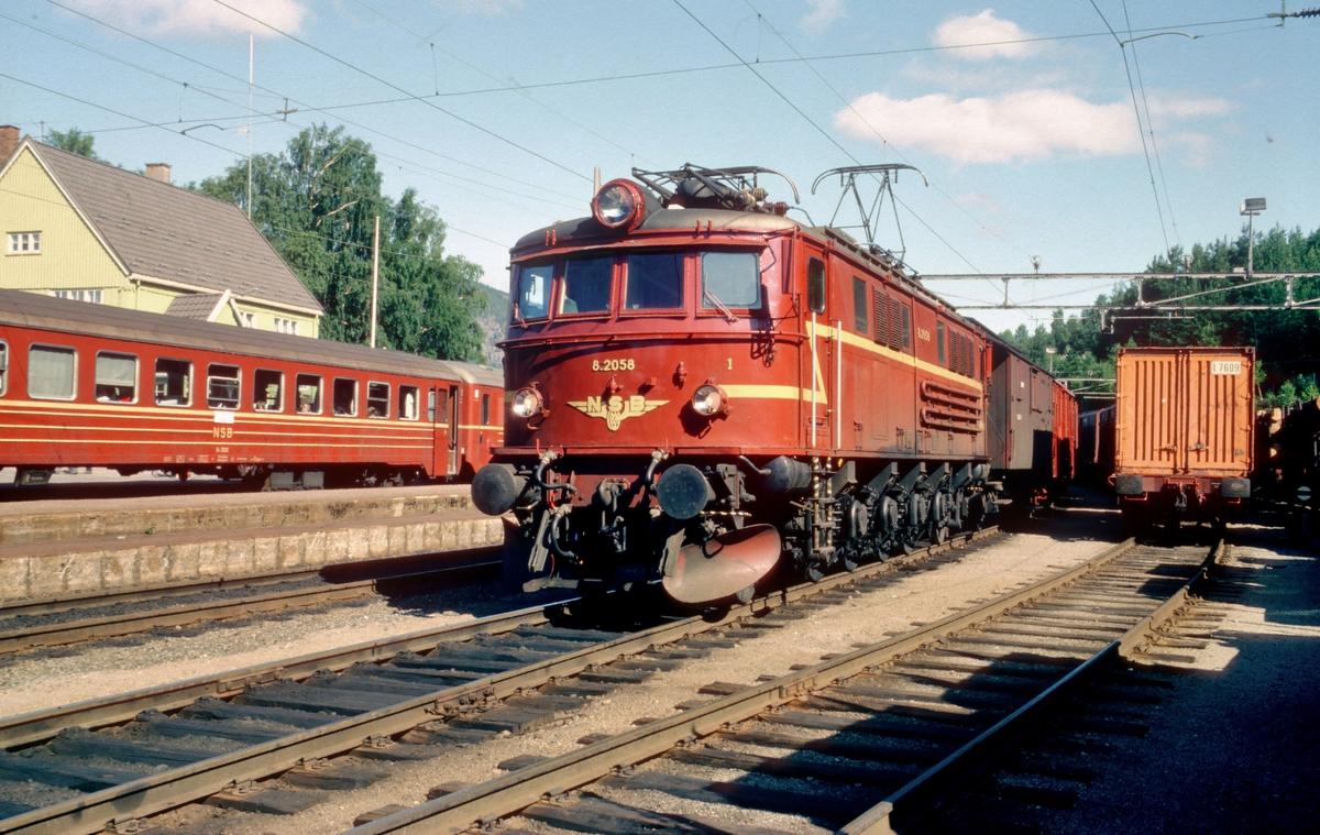 Bratsbergbanen. Godstog i Nordagutu. NSB elektrisk lokomotiv El 8 2058.