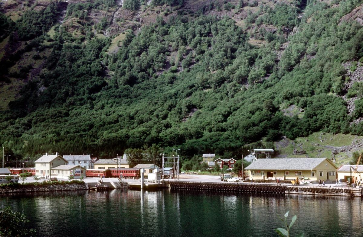 Flåmsbana. Flåm stasjon. Aurlandsfjorden.