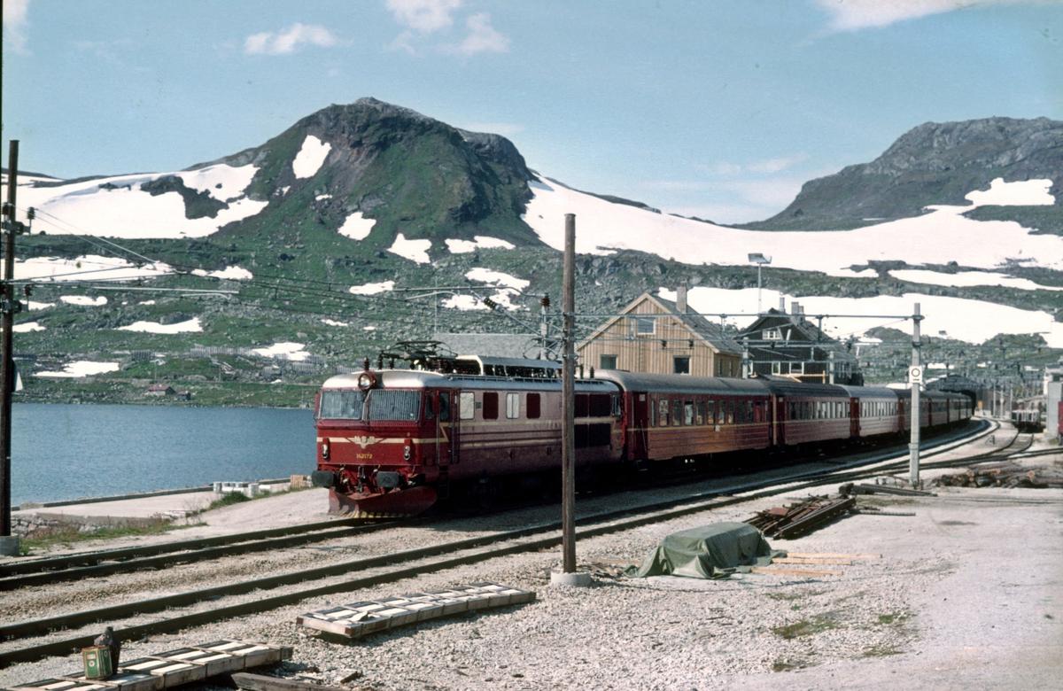 Bergensbanen. Daghurtigtog 602 (Bergen - Oslo Ø) på Finse stasjon. NSB elektrisk lokomotiv El 14 2172 og vogner type 3.