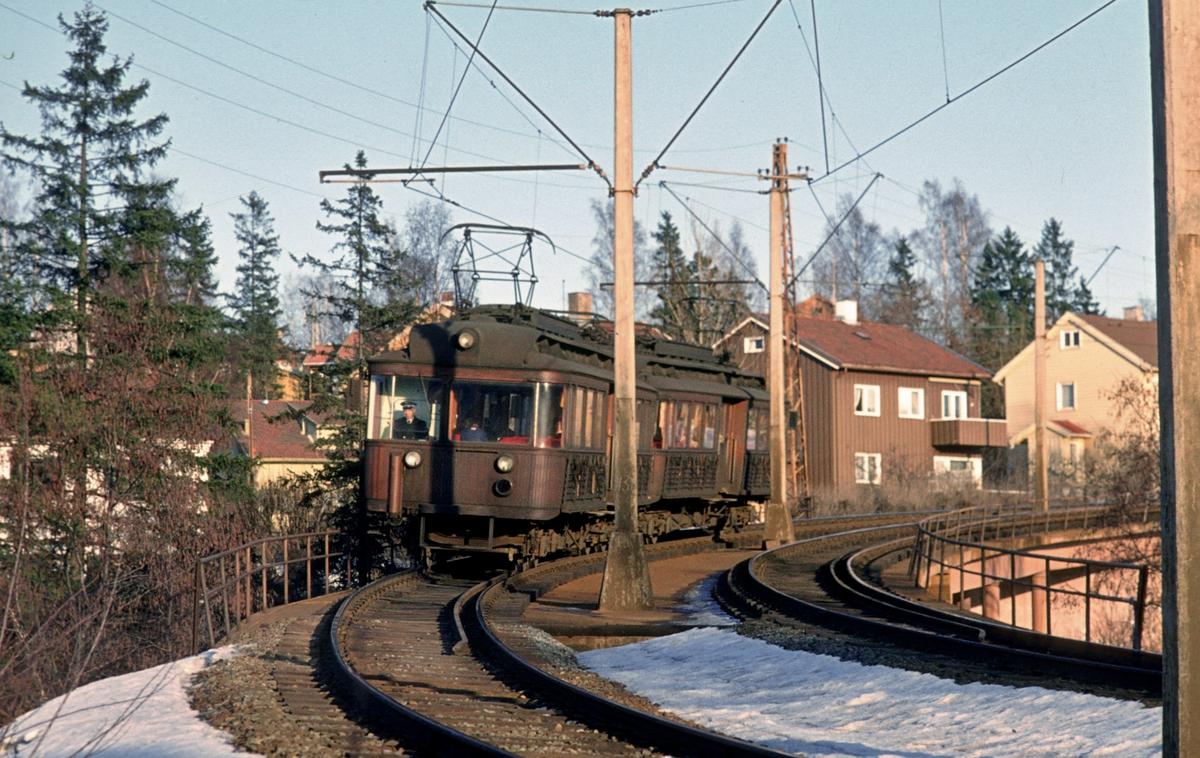 A/S Holmenkolbanen. Røabanen. Vogner 111 og 112, type 1935 (Skabo, Siemens Schuckert) på Grini-broen mellom Ekraveien og Grini (bygrensen) på vei mot Østerås.