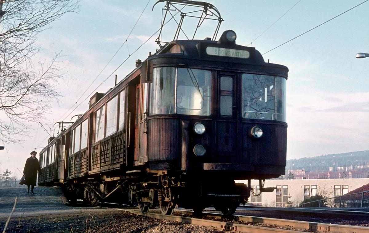 A/S Holmenkolbanen. Sognsvannsbanen. Berg stasjon. Vogn 107 og 108, type 1928 (Strømmens verksted, Westinghouse)