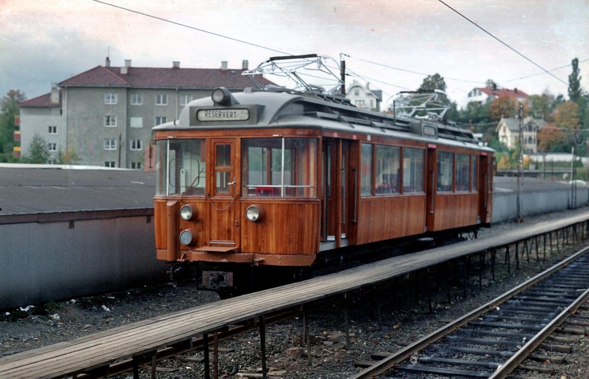 A/S Holmenkolbanen. Oslo Sporveier. Vogn 101, type 1916 (Skabo, Westinghouse. HKB verksted). Blank teak, nyrevidert på HKB verksted. Opprinnelig tilhengervogn, ombygget til motorvogn i 1918 (midtinngang, ombygget til gjennomstrømningsvogn 1957)