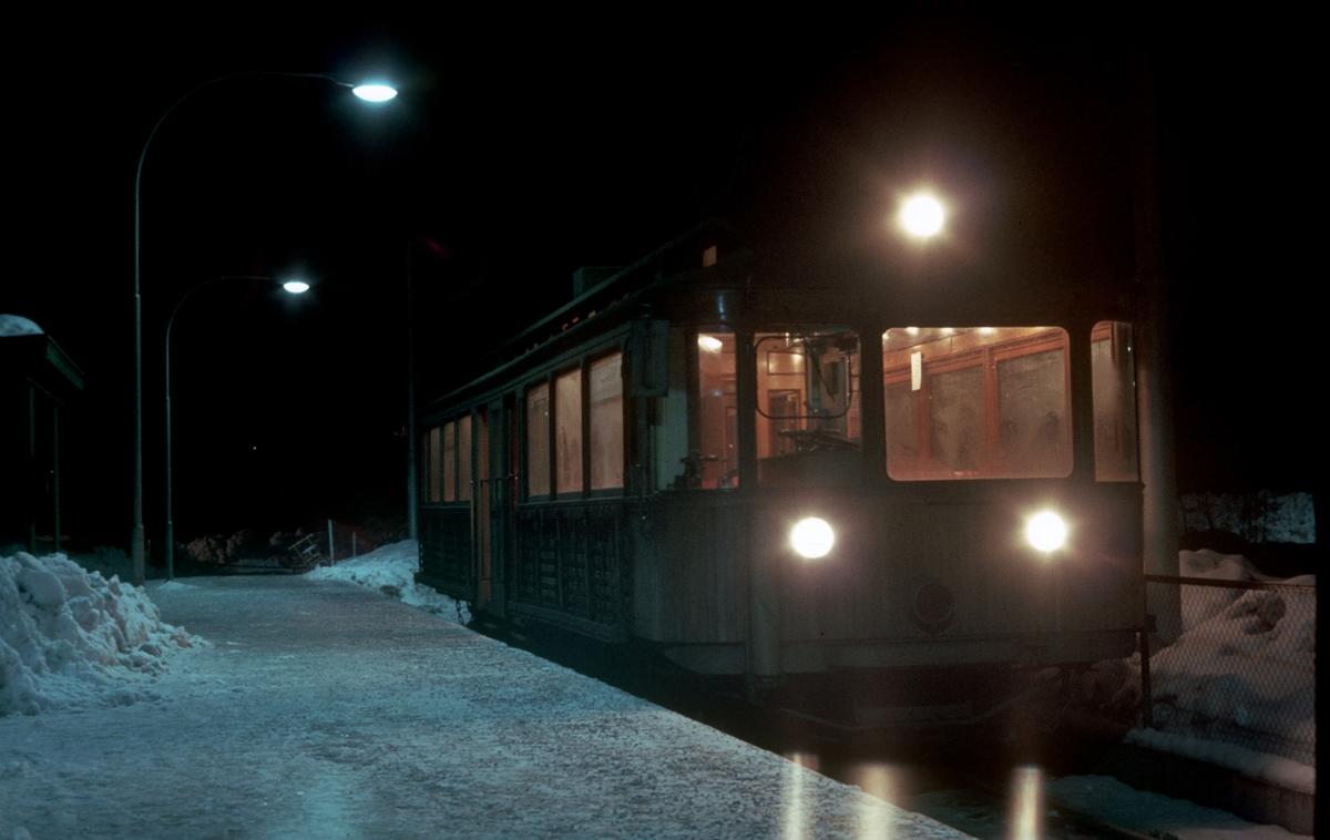 A/S Holmenkolbanen. Oslo Sporveier. Vogn 203, type 1934 (Skabo, NEBB), på Østerås stasjon.