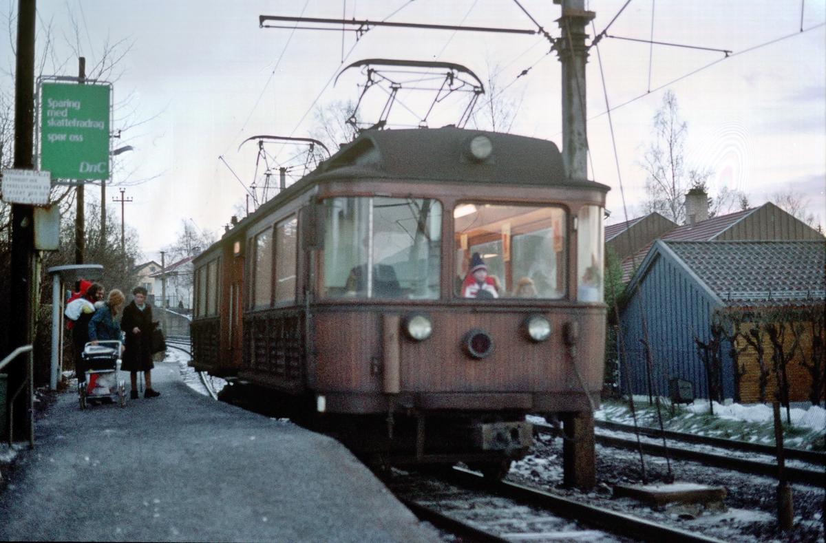 A/S Holmenkolbanen. Røabanen. Vogn 37, type 1909 (Skabo, Westinghouse, HKB verksted), på vei mot Østerås.