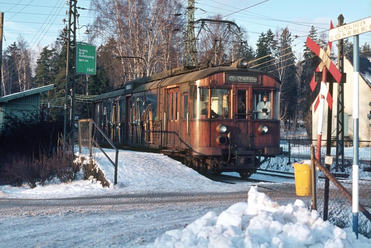 A/S Holmenkolbanen. Holmenkollbanen. Ris stasjon, vogn 603 type 1951 (Skabo, NEBB)