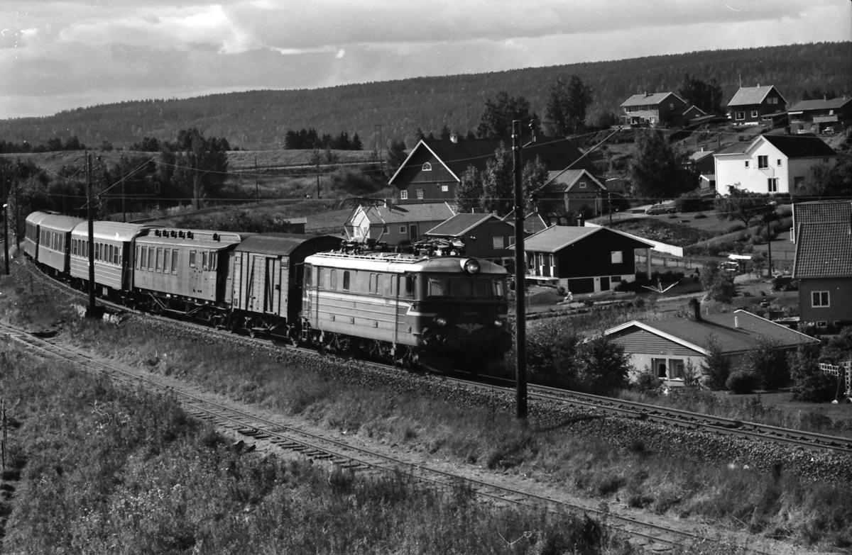 Tog 1057, Oslo Ø - Charlottenberg, med lokomtiv type El 11 ved Sørumsand.