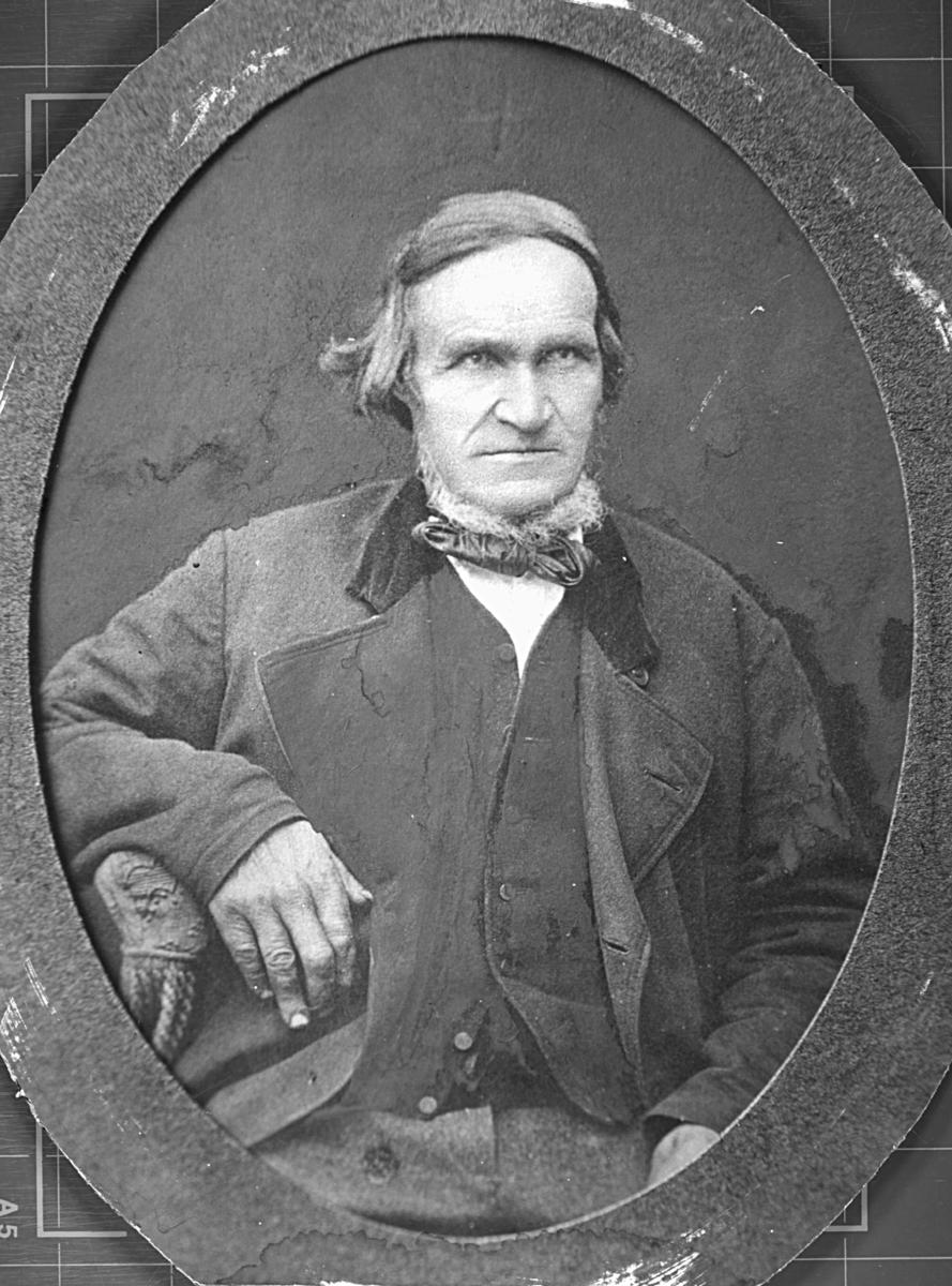 Et portrett av Johan Henrik Jonas. Han er kledd i jakke, vest og bukse. Rundt halsen har han en sløyfe. Han har også skjegg. Bildet er trolig tatt på siste halvdel av 1800-tallet.