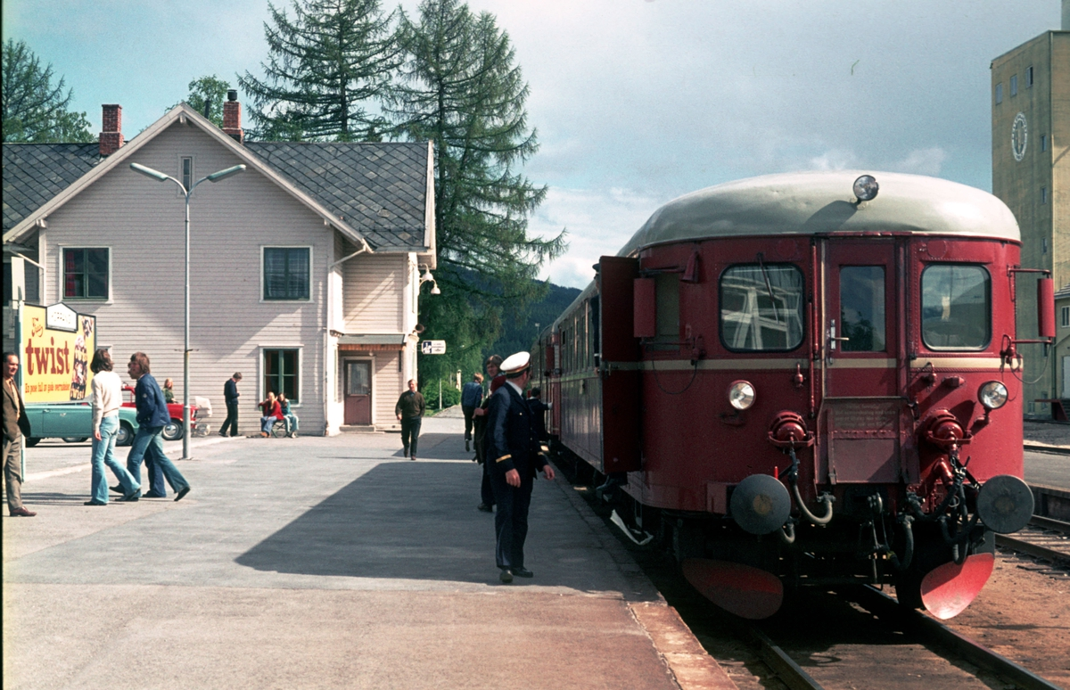 Persontog 377 har ankommet sin endestasjon, Koppang. Motorvognsett type 86.