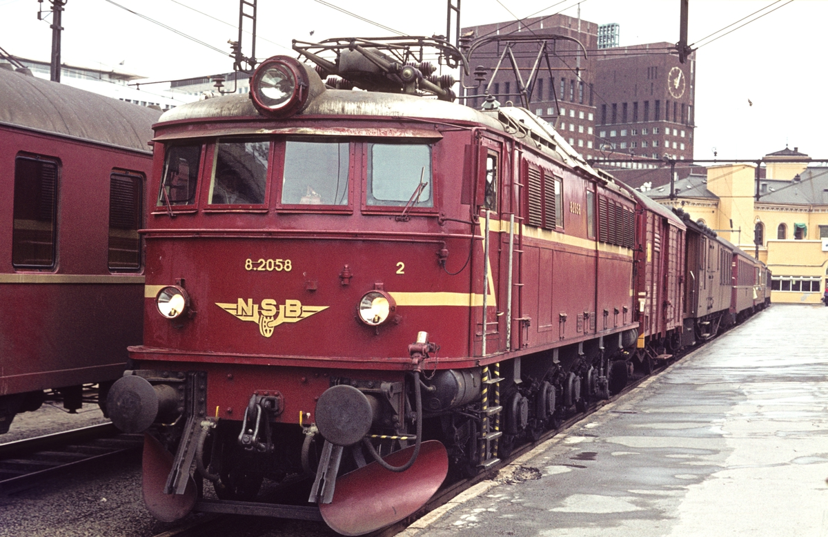 NSB elektrisk lokomotiv El 8 2058 med persontog på Oslo V