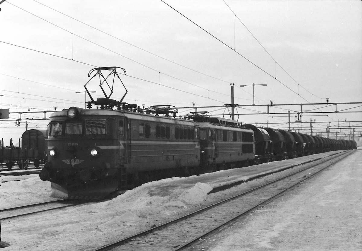 Kistoget, Gt 5702, Hjerkinn - Sarpsborg på Hamar. Forspannlok er et lok av type El 14, mens ekstra forspann (Lillehammer - Stange) er  El 13 2159. Togvekt var ca. 1400 tonn, og det gikk fast ekstra forspann Lillehammer - Stange og utilkoplet hjelpelok Lillestrøm - Strømmen.