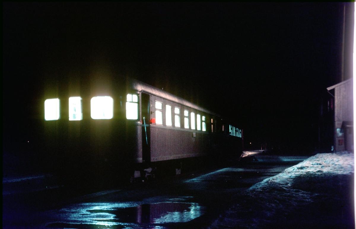 Persontog 375 (Hamar - Røros) på Os stasjon. Os i Østerdalen.