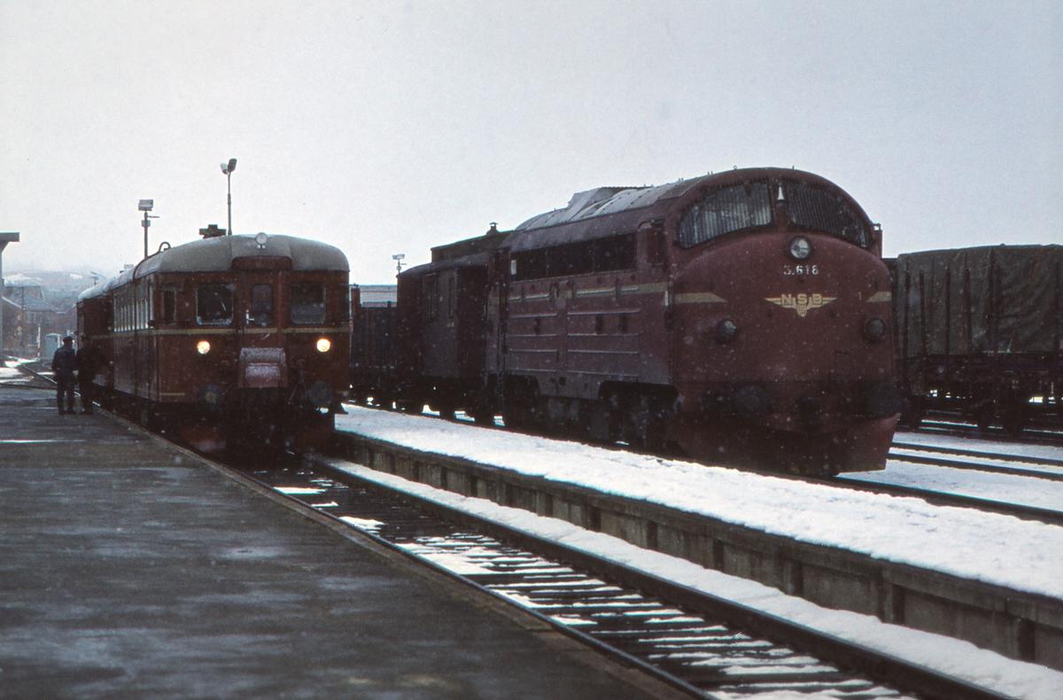 Motorvogna og godstoget i Røros stasjon. Pt 371 Hamar - Røros og Gt 5717 Hamar - Trondheim.