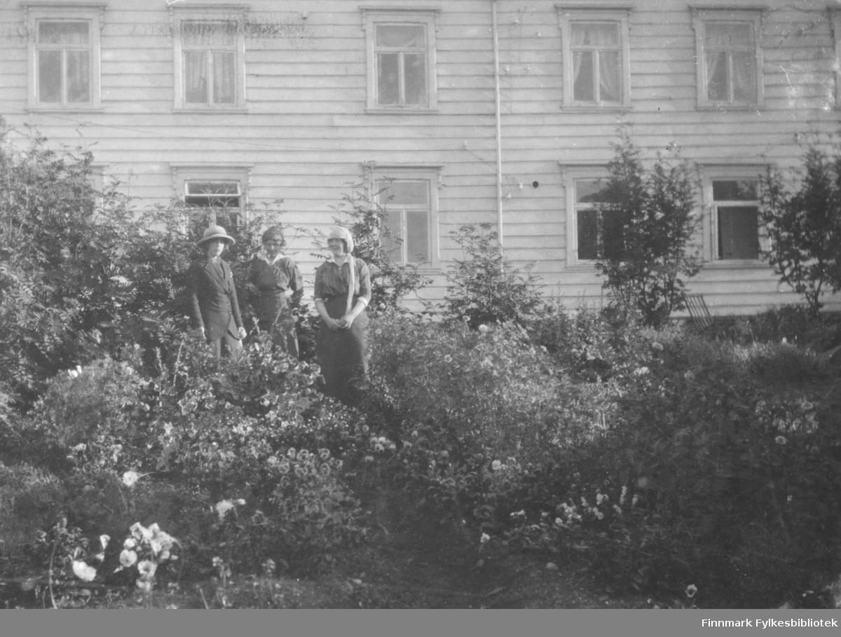 I Fogedgårdens have i Vadsø klokken 5 morgen sommeren 1916 efter en tur til Gundersens hytte