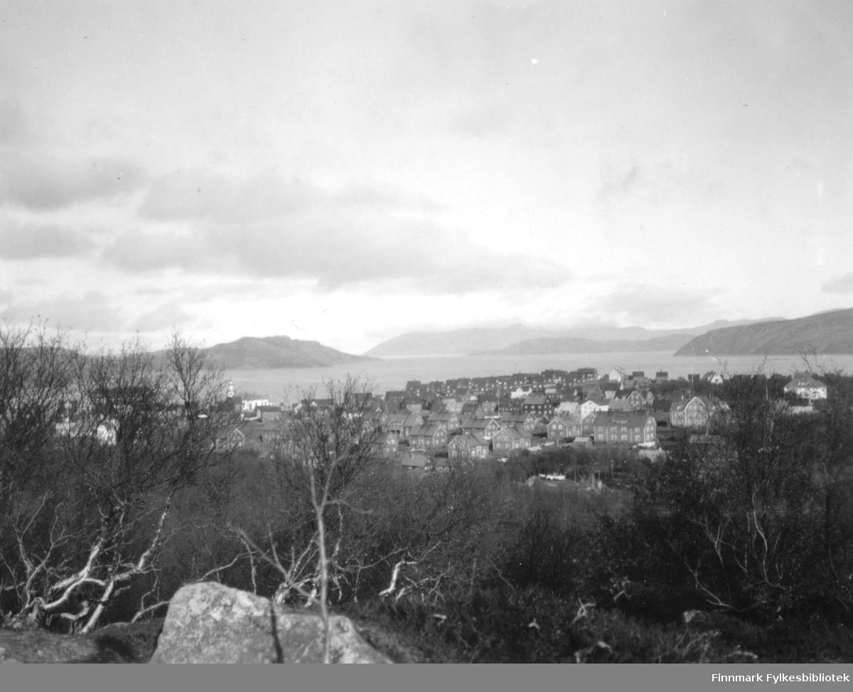 Utsikt over Kirkenes, fotografert fra høyden over byen