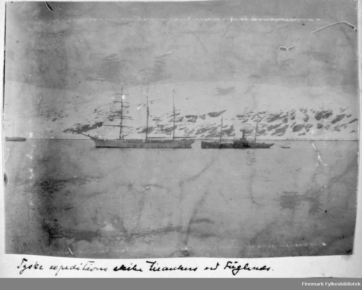 Hammerfest. Tekst under bildet: 'Tyske expeditions skibe tilankers ved Fuglenæs' - ca 1900?