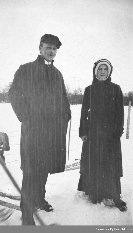Vinterkledd par stående ute i snøen. Dette ser ut til å være fotografert i Tana. Vi vet ikke hvem personene er