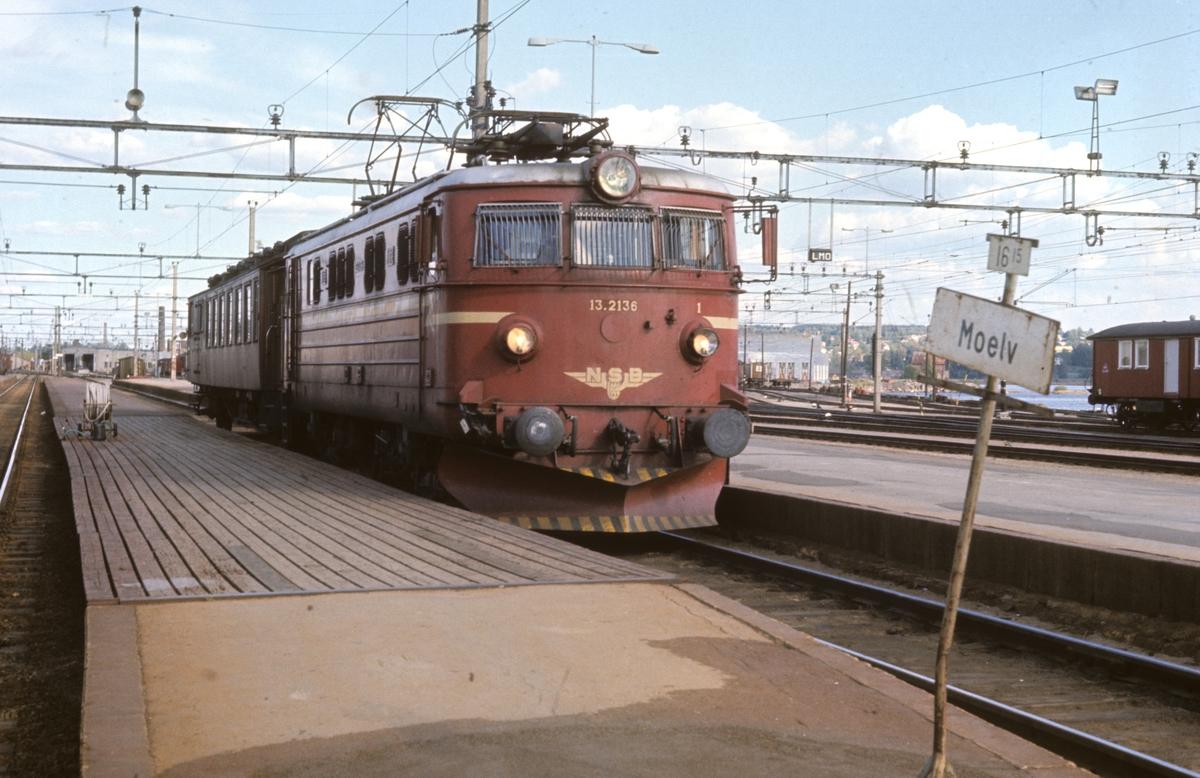 Persontog Hamar - Moelv med El 13 2136 og en vogn (kombinert personvogn med reisegods og konduktøravdeling, BF).