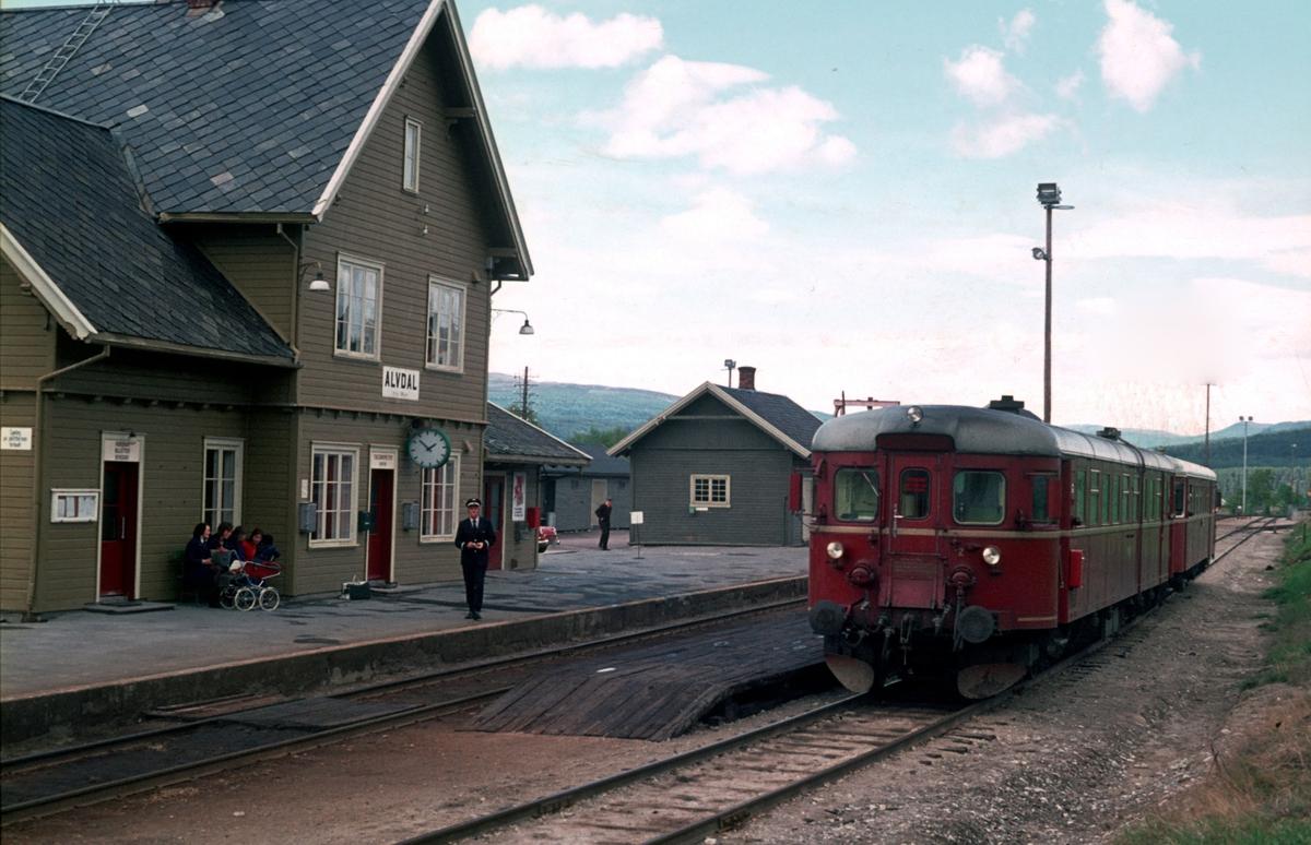 Persontog 372 (Røros - Hamar) i Alvdal stasjon. Motorvogn BM 86G 13. Toget fører postkasse, bildet er derfor tatt på en søndag. Hverdager gikk det betjent postvogn. Toget venter på kryssing med tog 301 (Oslo Ø - Trondheim), dagtoget på Rørosbanen.